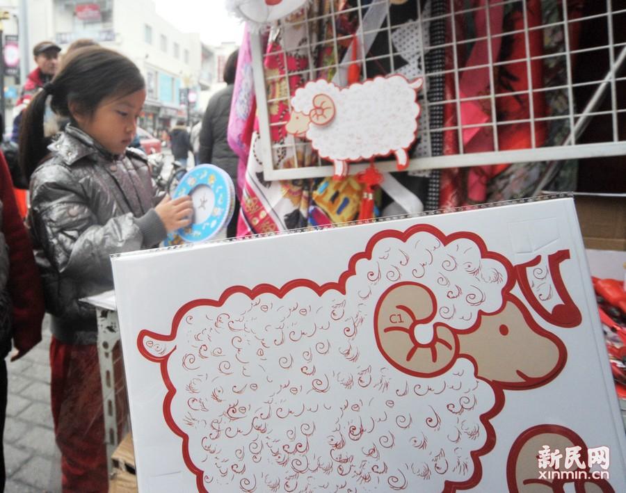 今年市场还推出了可以自己手工制作的DIY羊年灯,让孩子们在动手做的过程中享受一种成功的快乐。新民晚报杨建正摄