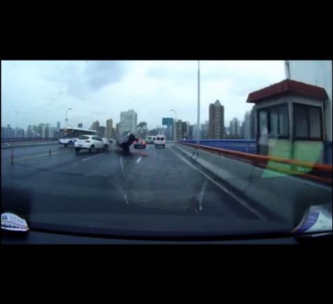 """""""南浦大桥严重车祸""""视频热传 发布者解释曾参与救援"""