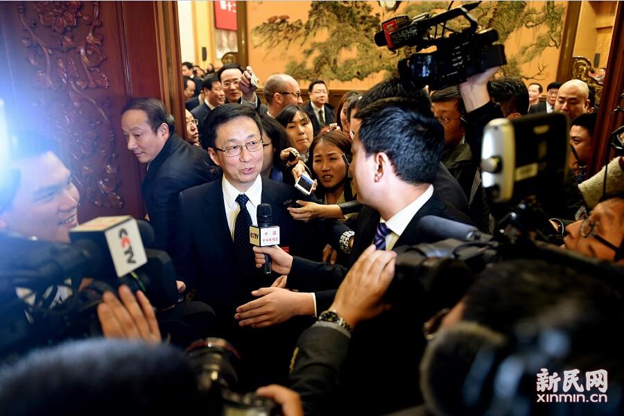 上海团开放审议很热门 记者们抢完沙发坐地板