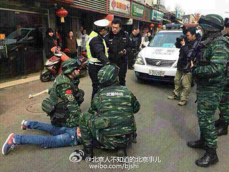 图为强行闯卡的红色奇瑞轿车 司机被特警按住 今日午后,一高清图片