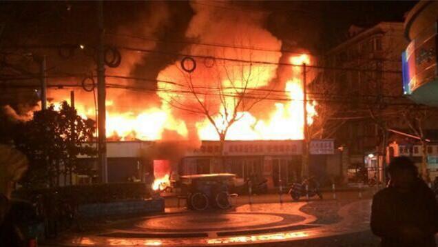 虹口沿街商铺发生火灾 消防初步消息:无人伤