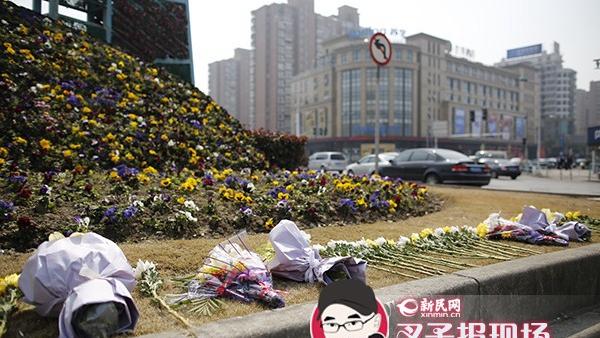 32岁交警牺牲 悼念花束铺满绿化带