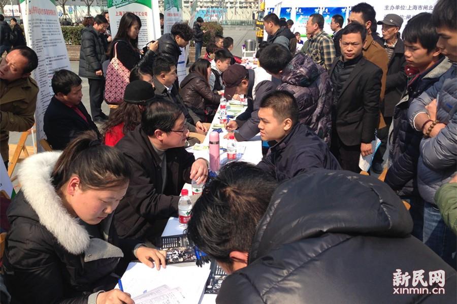 """申城""""火车站招聘会""""火爆 薪资涨幅15%"""