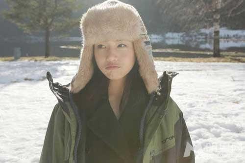 陈妍希素颜睡寒雪床包子脸和雪景相得益彰_