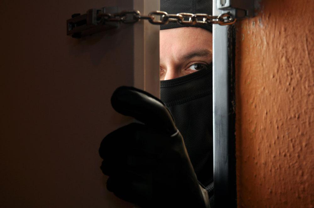 打开家门屋里多了个陌生帅哥 竟然是小偷上门踩点