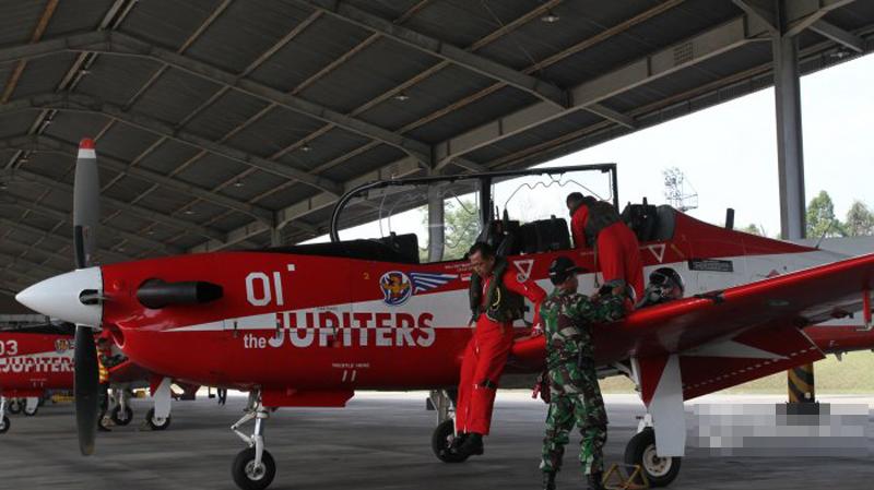 印尼2架飞机相撞坠毁画面