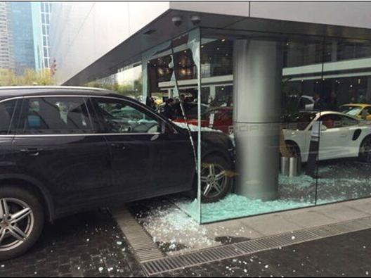 女司机开保时捷撞上4S店立柱 无人受伤