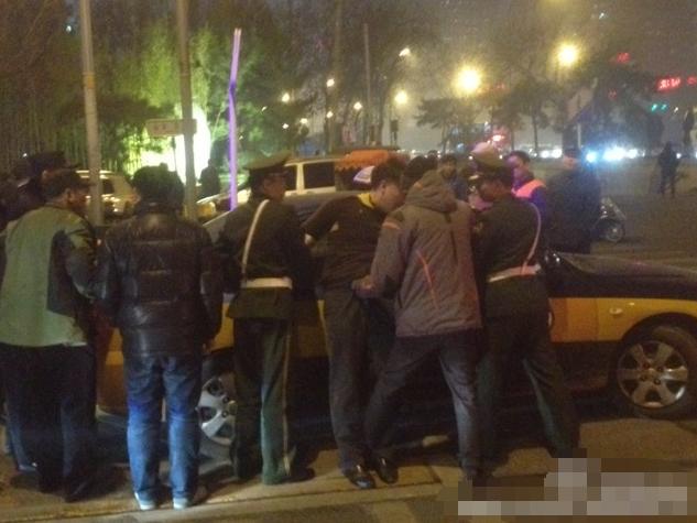 男子北京王府井抢11块名表被当街制伏