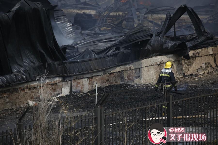上海浦东一食用油仓库起火 厂房烧剩钢架