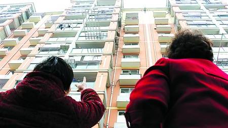4岁男孩从9楼家中坠落 松软土壤救一命