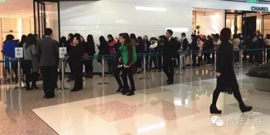 上海人排队抢购Chanel!