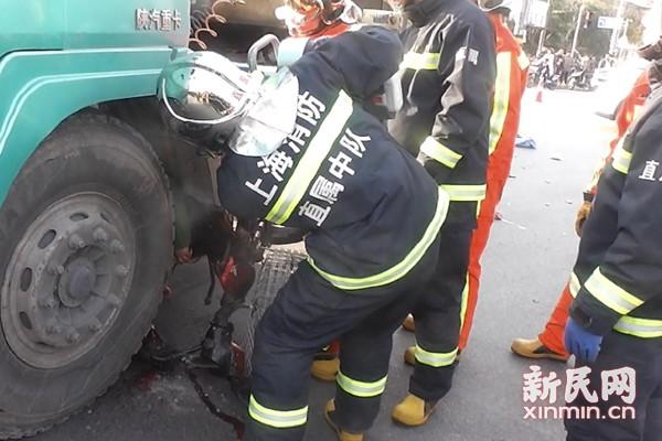 电瓶车卷入运输车底 骑车妇女身亡