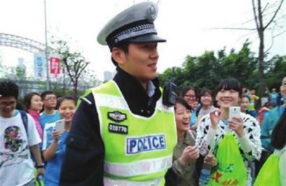 3月22日,2015重庆国际马拉松开赛,三万余名马拉松选手和爱高清图片
