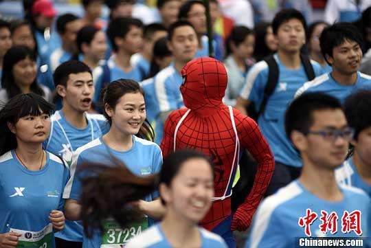 2015重庆国际马拉松赛近日在重庆南滨路开跑,来自28个国家高清图片