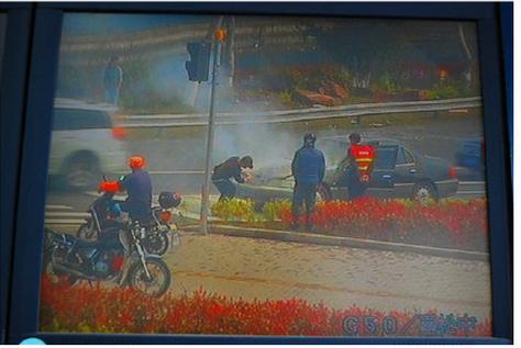 清明扫墓早高峰 G50嘉松出口一辆小轿车发生自燃