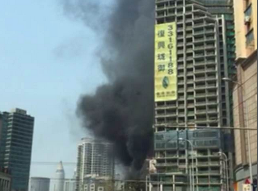 网友实拍:西藏南路复兴珑御工地起火 黑烟笼罩