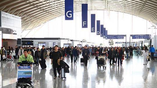 上海浦东机场清明节首日客流直逼春运高峰