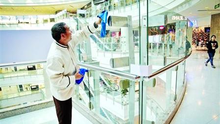 为防自杀?上海港汇广场中庭玻璃加高至1米8