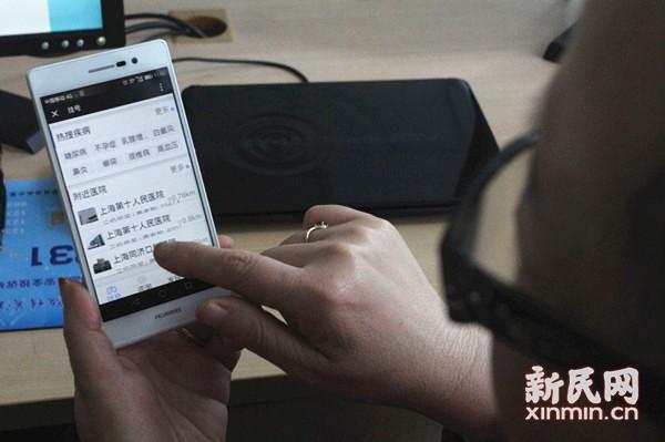 """""""新媒体小灶""""虹口开课 阿姨爷叔玩转智能手机"""