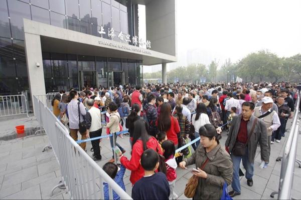 上海自博馆今起正式向公众开放 馆外排起长龙
