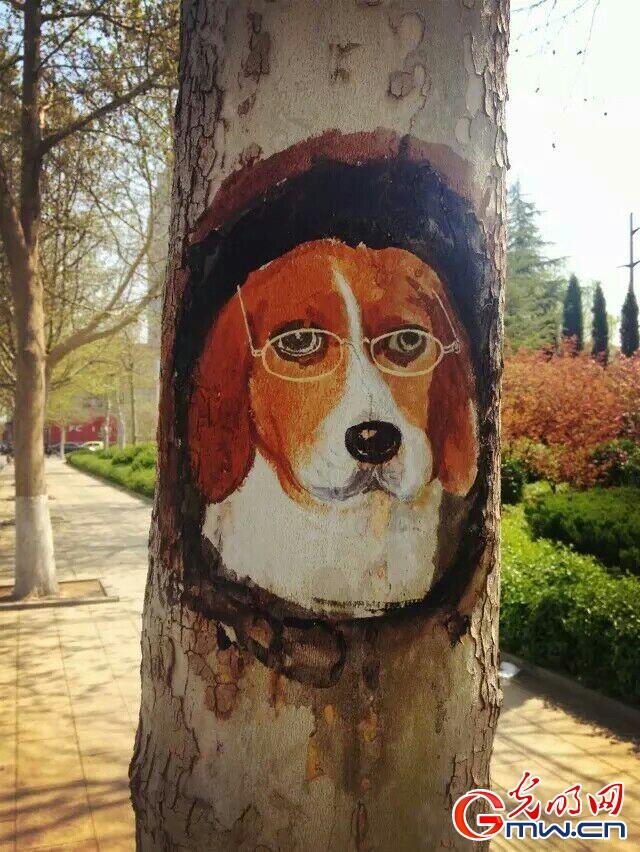 """这棵树上有只戴眼镜的小狗,那边树枝上有只歌唱的小鹦鹉……""""日前,在"""