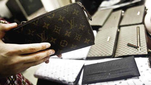 犯罪集团开200多家假网站向国外卖假LV