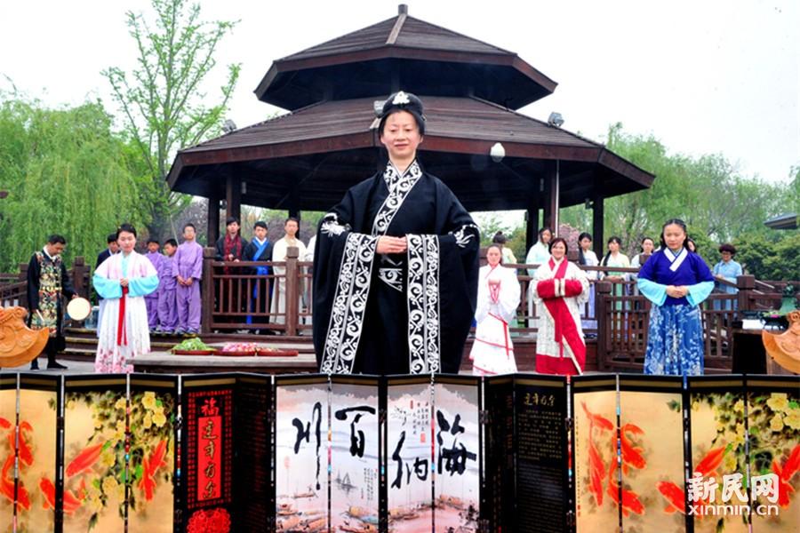 """今天是农历三月初三,也是具有中国千年历史文化的""""上巳节""""。一批身着汉服的青年男女昨天在顾村公园参加了""""上巳节""""传统民俗文化活动,感受中国传统文化的魅力。新民晚报通讯员 杨建正 摄"""