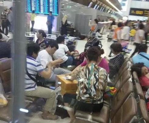 中国大妈在曼谷机场围成圈打牌 你怎么看?
