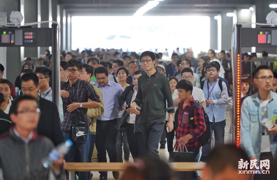 上海车展今迎首个周末客流高峰日