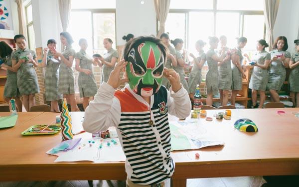 幼儿园教师换旗袍授课 尽显东方之美