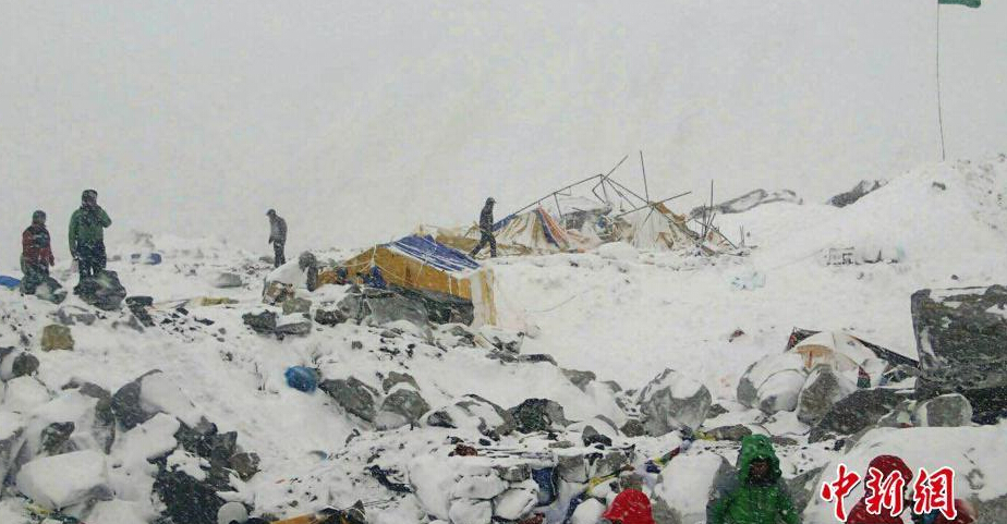 地震还导致珠峰南坡雪崩,数十人死伤,现场情况惨烈,不少营地被淹没。中新社 图