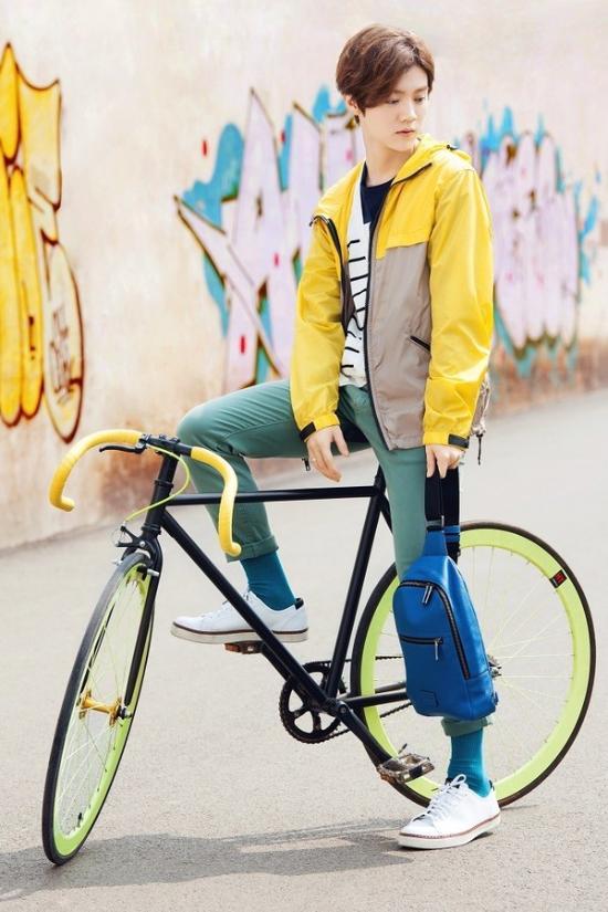 防风 夹克 搭配 运动鞋 , 蓝色 单肩 斜挎包 搭 荧光绿 活力单车,明亮