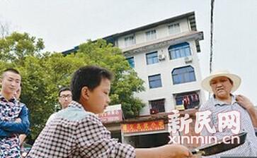 【新茶馆】卖韭菜饼少年在等什么?