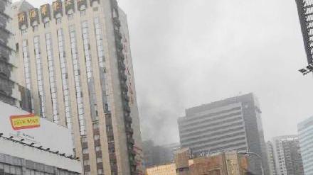网曝上海火车站南广场附近大楼起火