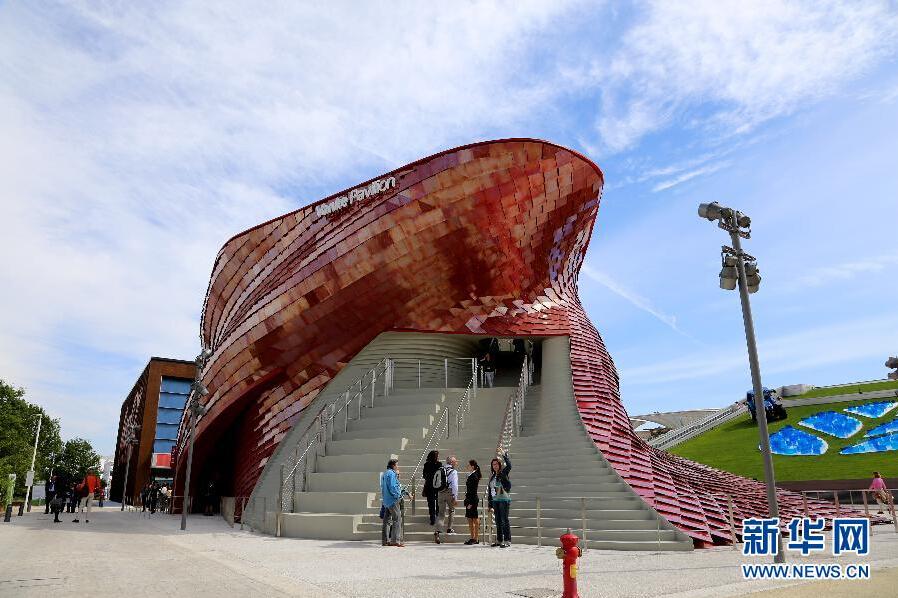 万科馆坐落于世博园的安瑞娜湖畔,是中国企业首次在海外以独立建馆形式参展世博会,也是本届世博会第一个按进度完工的展馆。图为状如盘龙的万科馆。新华社记者罗娜 摄
