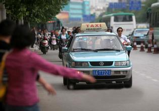 不满被拒载 女子闵行街头持刀刺伤差头司机