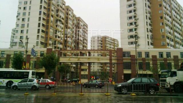 闸北龙盛佳苑人行通道被占 成收费停车场