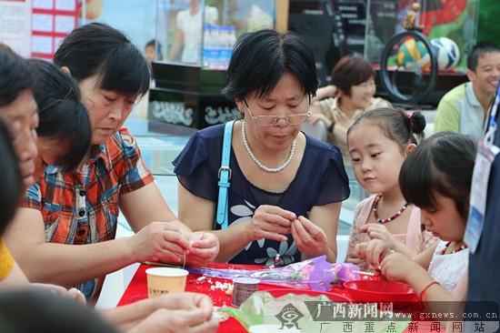 现场还开展了贝壳项链diy活动,孩子和妈妈共同制作完成.