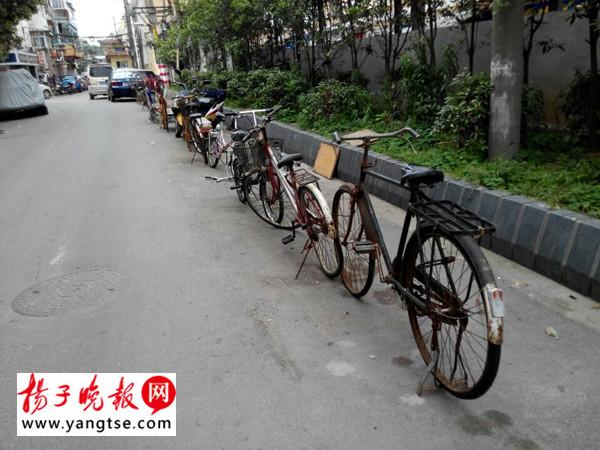 老小区自行车占车位占成 葫芦串