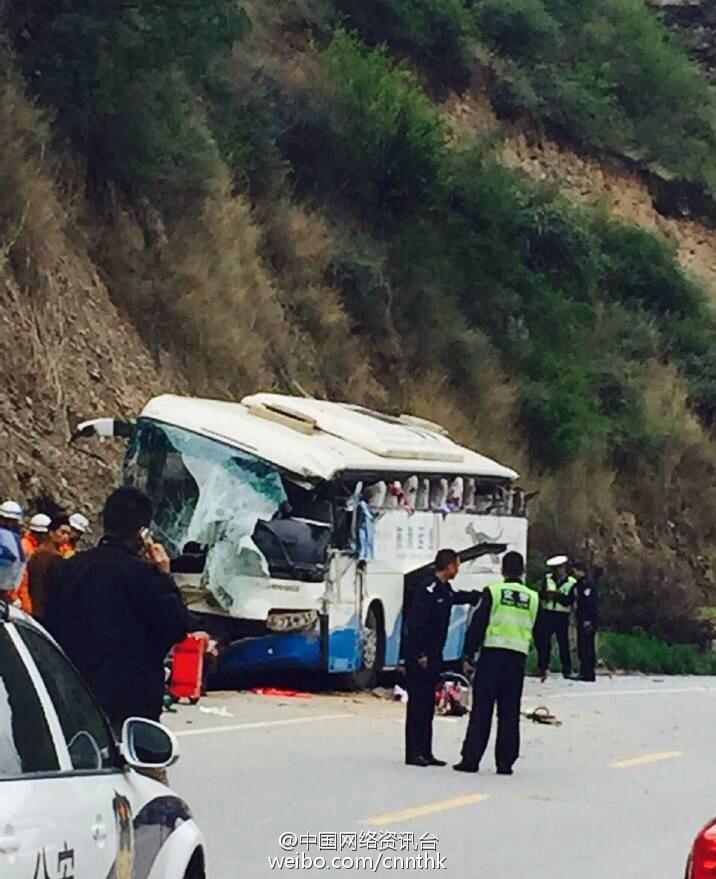 四川两辆中巴客车相撞 致6死多伤高清图片