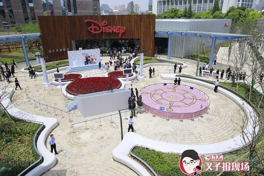 上海迪士尼旗舰店开业 粉丝凌晨五点半排队等候