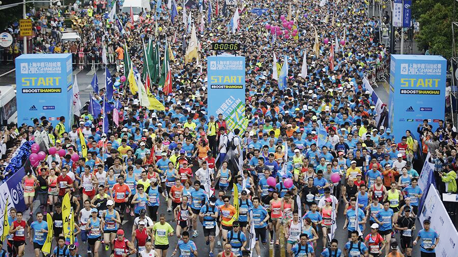 上海半程马拉松今开赛 数千名跑者陆家嘴起跑