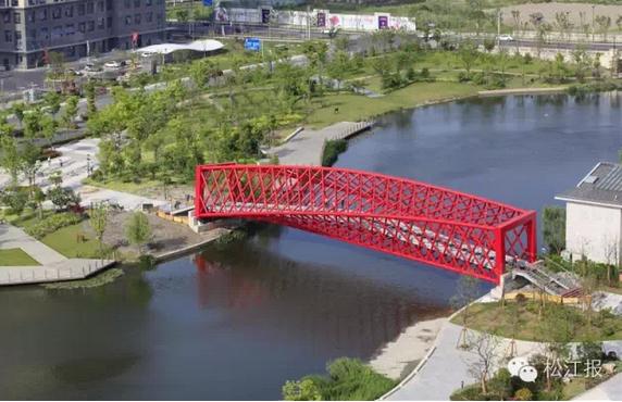 【新民网讯】据松江报,旋转的红色桥体,透明的玻璃桥面。今天,位于松江国际生态商务区内的螺旋桥正式竣工,该桥系国内首座钢结构螺旋景观桥。   据悉,该螺旋桥为人行桥,位于商务区内五龙湖一期绿地,于去年3月开工,全长51米,宽4.1米。   桥体为简支异形钢桁架结构,桥梁采用扭曲空间钢桁架结构,在螺旋桥的北侧入口,是倾斜角度5的桥框立面,而当行人由北向南走出桥体后,桥框出口倾斜角度达到85,中间全靠钢桁架扭转过渡。   据介绍,该螺旋桥建设方式为构件组装后整体吊装完成,支撑整个桥体的4根主弦杆为空间结