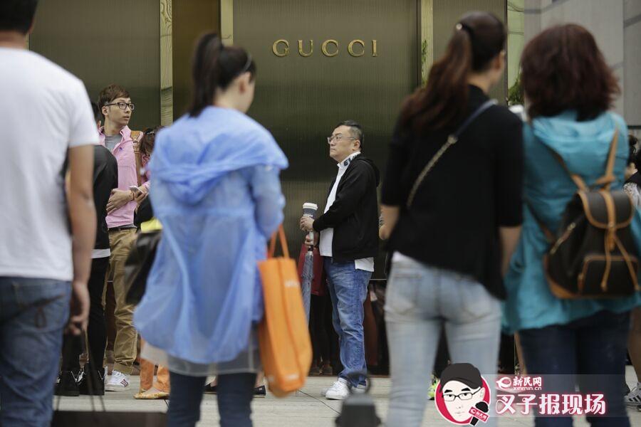 和其他奢侈品降价类似,业绩下降或许是Gucci今年提前大幅度降价的原因之一。图为Gucci金鹰店门前排队的消费者。新民晚报新民网 萧君玮 摄