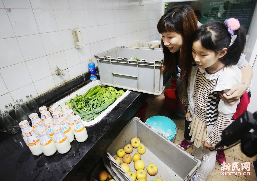 红猩猩的早餐非常丰富,除了各种蔬果外还有酸奶。新民晚报 周馨摄