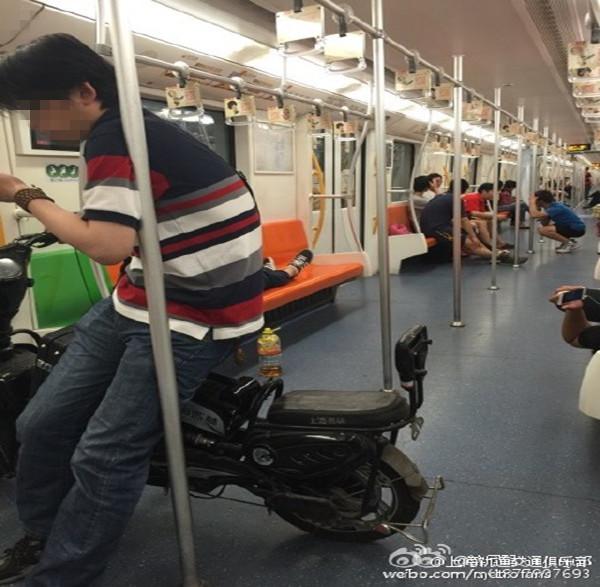 上海地铁7号线车厢惊现电瓶车 地铁回应