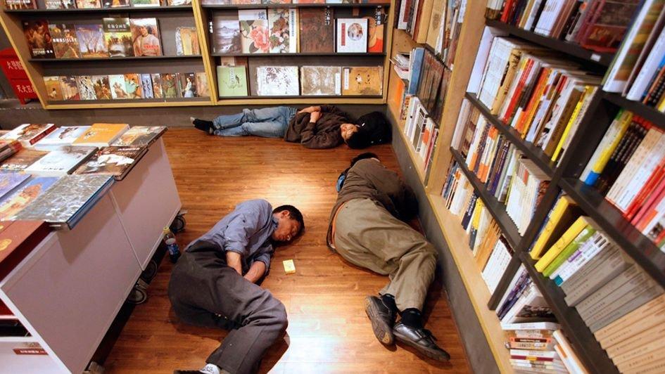 男子在上海一24小时书店内睡着 醒来电脑没了