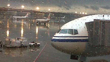 暴雨袭城沪两空港通行能力今降三成  22个航班已备降