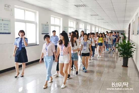 来自河北建材职业技术学院的大学生,江苏商会的企业家代表,秦皇岛市委