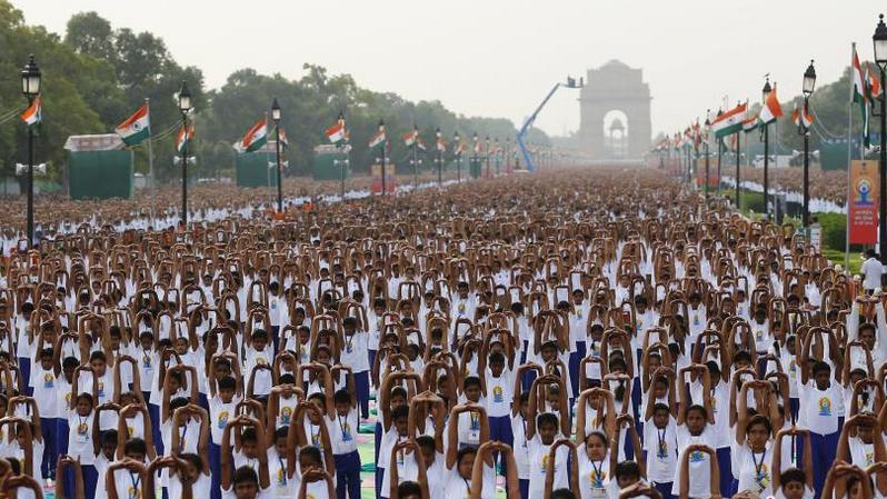 世界各地民众集体练瑜伽 庆祝国际瑜伽日